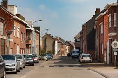 HOEGAARDEN, BÉLGICA - 4 DE SEPTIEMBRE DE 2014: Edificios de ladrillo rojo típicos en el Hoegaarden en la calle de Stoopkensstraat foto de archivo