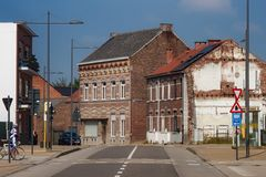 HOEGAARDEN, BÉLGICA - 4 DE SEPTIEMBRE DE 2014: Edificios de ladrillo rojo viejos en el centro del Hoegaarden en la calle de Stati fotos de archivo libres de regalías