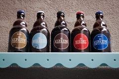 HOEGAARDEN, BÉLGICA - 4 DE SEPTIEMBRE DE 2014: Estante con los productos principales de la cerveza de la cervecería belga Nieuwhu imagenes de archivo