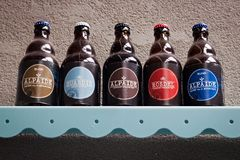 HOEGAARDEN BELGIEN - SEPTEMBER 04, 2014: Hylla med huvudsakliga ölprodukter av det belgiska bryggeriet Nieuwhuys Arkivbilder