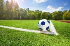 Hoek en bal op het gebied van voetbalstadion stock fotografie