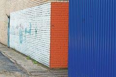 hoek en geschilderde muur stock foto's
