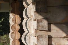 Hoek en kader van deuren van logboekhuis van sparren met mos Stock Afbeelding