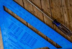 Hoek en Schroevedraaier op de Vloer stock foto
