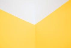 Hoek gele muur en wit plafond Horizontale mening Royalty-vrije Stock Afbeelding