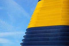 Hoek van de de muur futuristische bouw van het kleurenmetaal Abstract architecturaal patroon Stock Foto