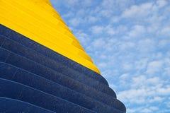 Hoek van de de muur futuristische bouw van het kleurenmetaal Abstract architecturaal patroon Stock Foto's