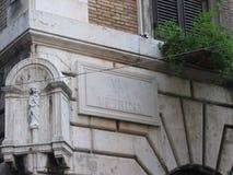 Hoek van een oud Roman gebouw met een gebied met een gestileerd standbeeld van Virgin met het kind van Jesus rome Italië stock afbeeldingen