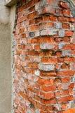 Hoek van een oude rode baksteen stock afbeelding