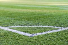Hoek van voetbalgebied, patroon van groen gras voor voetbalsport, voetbal, sporttextuur, selectieve nadruk Royalty-vrije Stock Foto's
