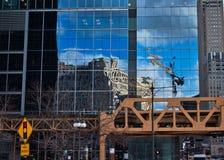 Hoek van Wacker-Aandrijving en Meerstraat in de Lijn van Chicago, met Koopwaarmarkt in een weerspiegelde de bouwbuitenkant wordt  stock foto's