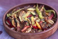 Hoekig geplaatst van ui, peper, de maaltijd van het tomatenvlees in de traditionele plaat stock fotografie