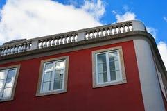 Hoekig huis bij de hoek van de straat in Lissabon, Portugal stock afbeelding