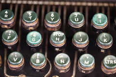 Hoekig schot van sleutels op een antieke schrijfmachine stock afbeelding