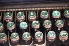 Hoekig schot van sleutels op een antieke schrijfmachine royalty-vrije stock afbeelding