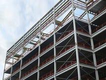 Hoekige mening van een grote de bouwontwikkeling in aanbouw met staalkader en balken ondersteunend de metaalvloeren met B royalty-vrije stock foto's