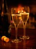 Hoekje bij de haard Champagne voor twee stock foto
