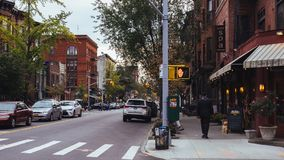 Hoekkoffie en oude huizen van Brooklyn bij schemer stock afbeelding