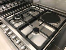 Hoekmening van gas modern fornuis en elektrische oven stock fotografie