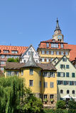 Hoelderlin塔的街道视图在Tuebingen,德国 图库摄影