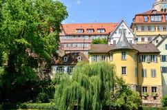Hoelderlin塔的街道视图在Tuebingen,德国 免版税库存图片