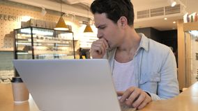 Hoest, het Zieke Jonge Mens Hoesten, die in Koffie zitten stock videobeelden