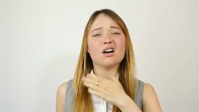 Hoest van een jonge mooie vrouw stock video