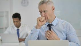 Hoest, Ziek Grey Hair Businessman Coughing op het Werk stock footage