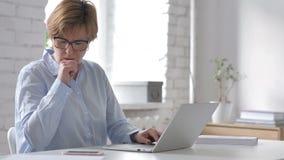 Hoest, Zieke Oude Vrouw die terwijl het Werken hoesten stock videobeelden