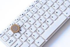 Hoeveel doet verdienen de programmeurs in Argentinië of een pesomuntstuk ligt op de sleutel met aantal twee op een computertoetse stock fotografie
