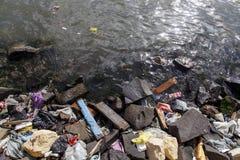 Hoeveelheid water van de afval verontreinigend rivier stock fotografie