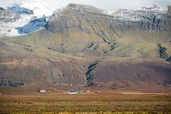 HOF,冰岛- 2014年10月16日:与山和地方农场的风景在背景中 库存照片
