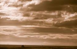 HOF,冰岛- 2014年10月16日:路和风景在有汽车的冰岛 颜色定调子 免版税库存照片