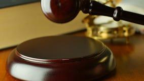 Hof de wettelijke houten hamer van het wetssysteem van rechters wettelijke code van vonnis stock footage