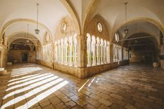 Hof der Franziskanerkirche und des Klosters, Dubrovnik, Kroatien stockbilder