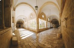 Hof der Franziskanerkirche und des Klosters, Dubrovnik, Kroatien lizenzfreies stockbild