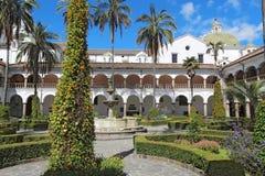 Hof an der Kirche von San Francisco in Quito Stockfoto