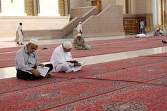 Hof der Moschee des Prophets 'Quran' las die Moslems Stockfotos