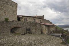 Hof des mittelalterlichen Steinschlosses Lizenzfreie Stockbilder