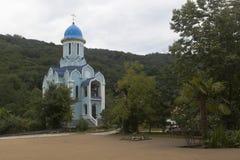 Hof des weiblichen Klosters der Dreiheit-Georgievsky und der Kirche zu Ehren des Märtyrers Huara im Dorf Lesnoye Lizenzfreie Stockfotos