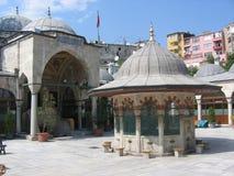 Hof einer Moschee nach Istanbul mit einem Brunnen zur Mitte Die Türkei Lizenzfreies Stockfoto