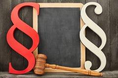 Hof en wetsconcept met paragrafen Royalty-vrije Stock Afbeelding
