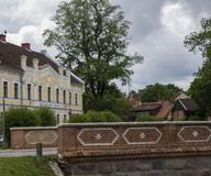 Hof in Kuldiga, Letland royalty-vrije stock foto