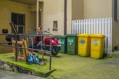 Hof mit überschüssiger Abtrennung und ein Roller geparkt Stockfotografie