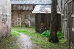 Hof mit Scheune und Holz Lizenzfreie Stockfotografie
