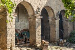 Hof mit sehr alter Galerie des luftgetrockneten Ziegelsteines Stockfotografie