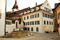 Hof mit typischen Schweizer Häusern in Bremgarten, Aargau, die Schweiz Stockfoto