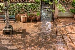 Hof nach einem Regen, Tlaquepaque in Sedona, Arizona Stockfotos