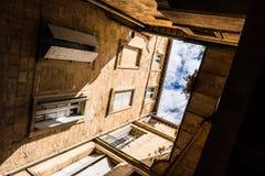 Hof und Blick des Himmels stockfotografie