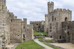 Hof von Caernarfon-Schloss, Großbritannien stockfotos